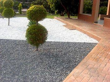 Galets roulés décoration pourtour de jardin en région Sud