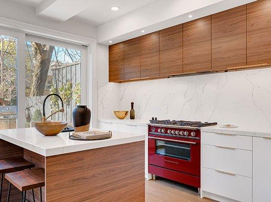 Le bois est le partenaire naturel de la pierre dans la cuisine