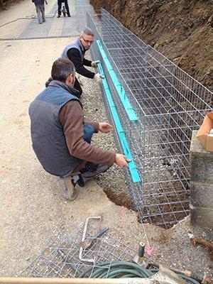 Il y a une première phase de montage du mur en gabions