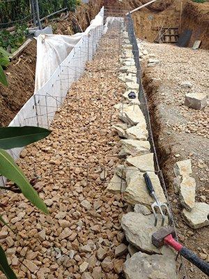 Il y a une deuxième phase de remplissage du mur en gabions
