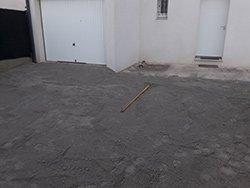 On aplanit le sol lors de l'étape 1 du pavage