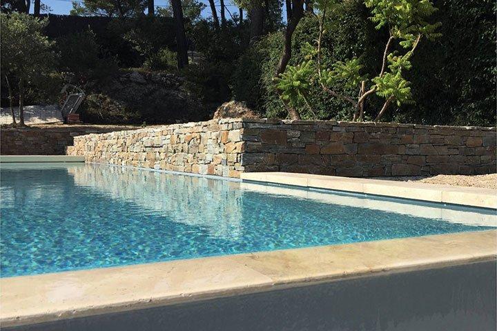 En manque d'idées pour vos travaux pendant le confinement, inspirez-vous de cette terrasse en pierre naturelle.